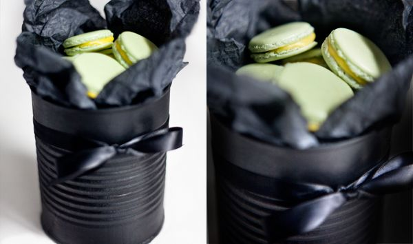Sprayad burk- Snyggt sätt att ge bort macaroons. Design by Moritz - Blogg