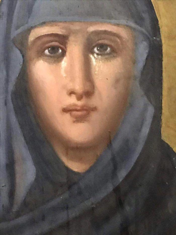 Εικόνα της Αγίας Παρασκευής άρχισε να κλαίει στην Εκκλησία Fair, που βρίσκεται στο ιστορικό κέντρο του Ταργκοβίστε.   Η εικόνα της Αγίας ...