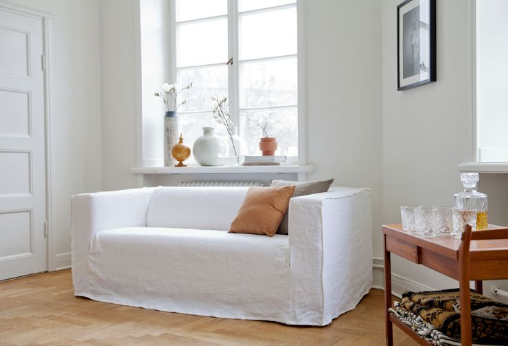 White with accents. Klippan sofa cover, Loose Fit Urban stye, Absolute White Rosendal Pure Washed Linen. Cushion covers in Chestnut Panama Cotton and Sand Beige Raffia. www.bemz.com