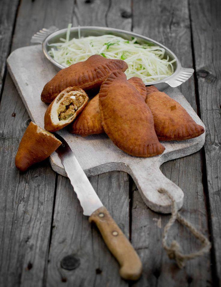 Lihapiirakka kaikilla mausteilla on grillikojuklassikko, joka maistuu kotioloissakin. Keittiömestari Risto Mikkolan reseptissä mausteet leivotaan taikinakuoren sisään.