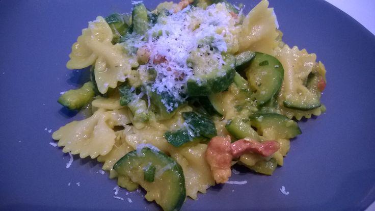 Farfalle con zucchine, pancetta e zafferano. Un primo veloce e gustoso #gialloblogs #gattaincucina