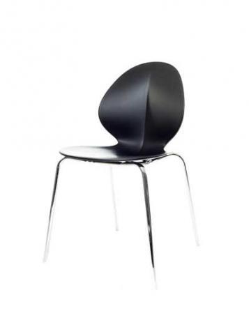 Elegantní plastová židle v černé barvě na kovových nohách.   Pokud toužíte po nadčasovém interiéru, jsou pro Vás plastové židle to pravé. Velmi oblíbený design 50. let příjemně oživí Váš domov a navíc už nebudete chtít sedět na ničem jiném.