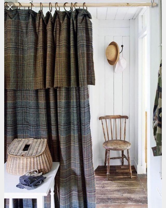 Solución:  en lugar de puerta, cortina escocesa !  #entrancehall #hall# countryhouse #ideas #interiordecor #interiordesign #fabrics #plaid #tartan @palmiradecoracion