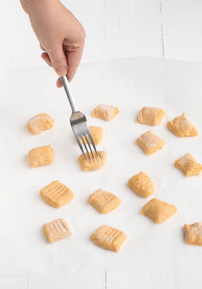 Ik maakte zelf zoete aardappel gnocchi. Het is niet moeilijk om zelf gnocchi te maken. Je hebt alleen een klein beetje geduld nodig.