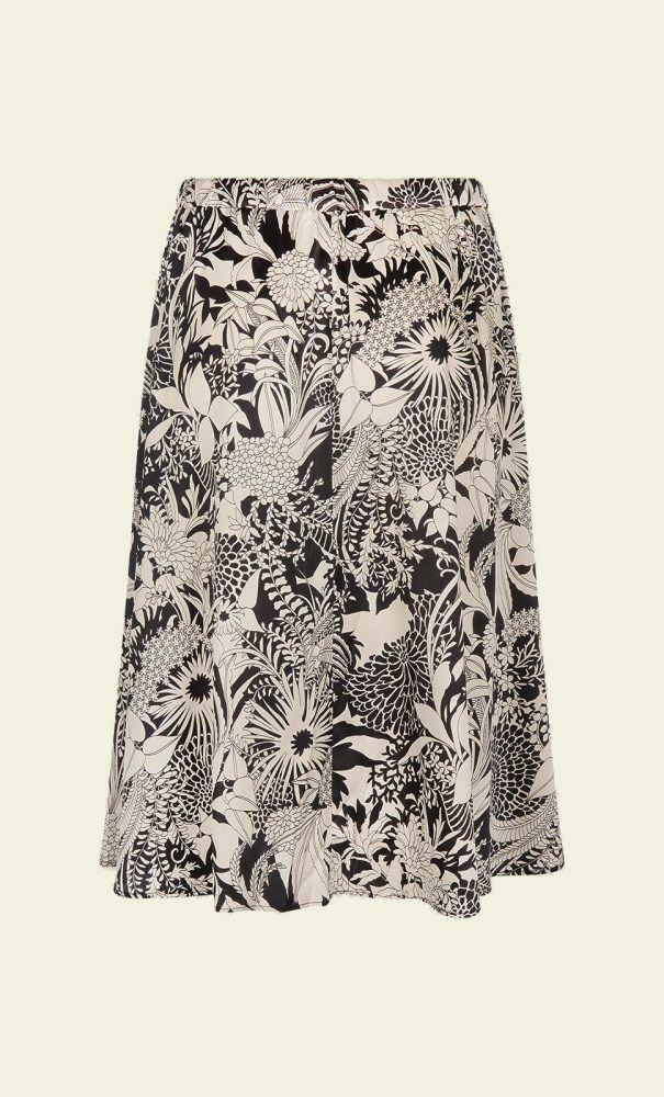 Een klassieke, zijden rok met steekzakken. De rok heeft een tailleband die aan de achterkant van elastiek is. De rok is van zijde met toegevoegd elastaan waardoor er lichte rek in zit. Zowel casual te stylen met slippers als chique met hakken.