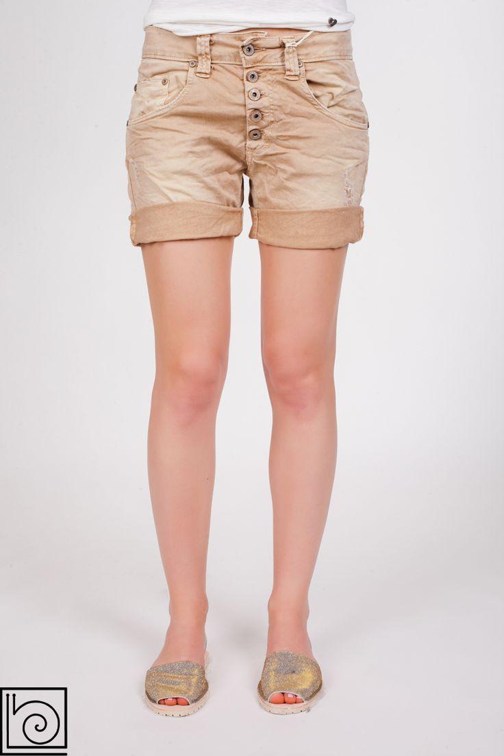 Женские джинсовые шорты брендовые, винтажные. Застежка на пуговицах. Внизу подворачиваются. Немного рваные спереди. Please. Италия..