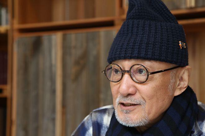 """およそ50年に渡ってデザイナー人生を歩み、メンズファッション界の第一人者として活躍してきた菊池武夫氏は今、「ファッションは刺激」だと語る。今年、約8年前に身を引いた自身のブランド「TAKEO KIKUCHI」のクリエイティブ・ディレクターに復帰。閉塞感が漂う現代に""""活""""を入れるべく、再び第一線でファッションの可能性に挑戦しているという。新しい「TAKEO KIKUCHI」を象徴する旗艦店のオープン日に、菊池氏の思いを聞いた。"""