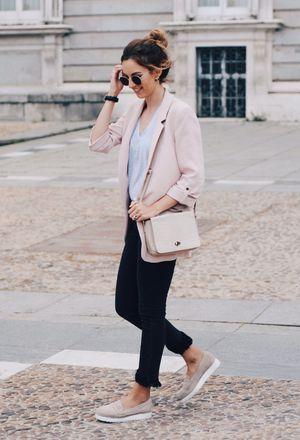 I'm wearing beige Zara's flats, beige Primark's bags, light pink Zara's blazers, and black pull&bear's pants