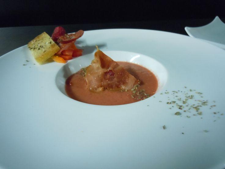gaspacho de framboesa, seu crocante de presunto e seu pão frito em azeite