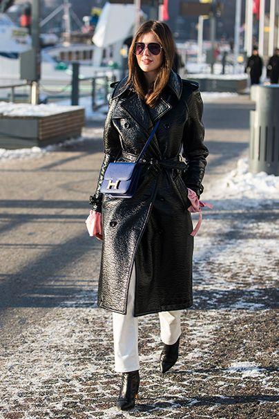 Klassisch. Hier geht der Ledermantel konventionelle Wege und verbündet sich mit einer blitzblauen Hermès-Tasche.