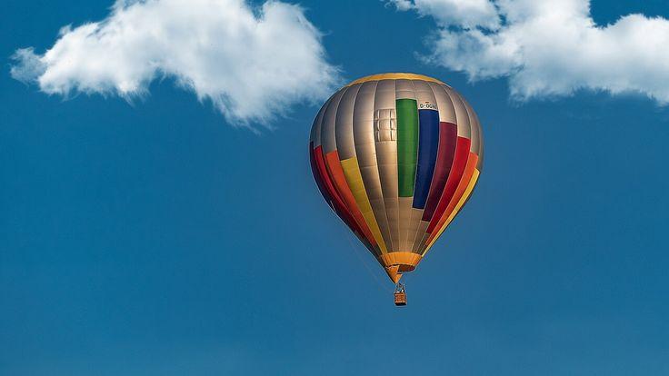 Erlange eine neue Leichtigkeit – bei der Fahrt im Heißluftballon Schwerelos dahingleiten, der Sonne entgegen und die Schatten hinter sich lassen – die Ballonfahrt hat bereits eine lange Tradition. Ohne bekanntes Ziel aufbrechen, sich vom Wind treiben lassen und bewusst den Augenblick erleben. Ob in Deutschland, der Schweiz oder Österreich – die Welt von oben …