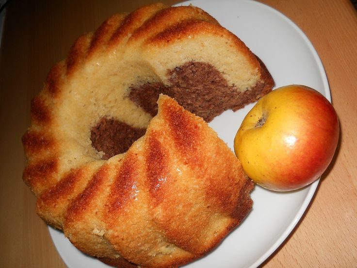 Nastrouháme jablka nahrubo.V míse ušleháme vejce s cukrem a vanilkovým cukrem. Postupně přiléváme olej, pak nastrouhaná jablka, skořici a mouku s...