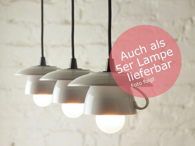 Deckenlampe mit 5 Tassenlampenschirmen, weiß, mit je 1,8m langem schwarzen Kabel -vorkonfektioniert- mit PVC Baldachin (weiß) und E27 Fassungen als Hängelampe.