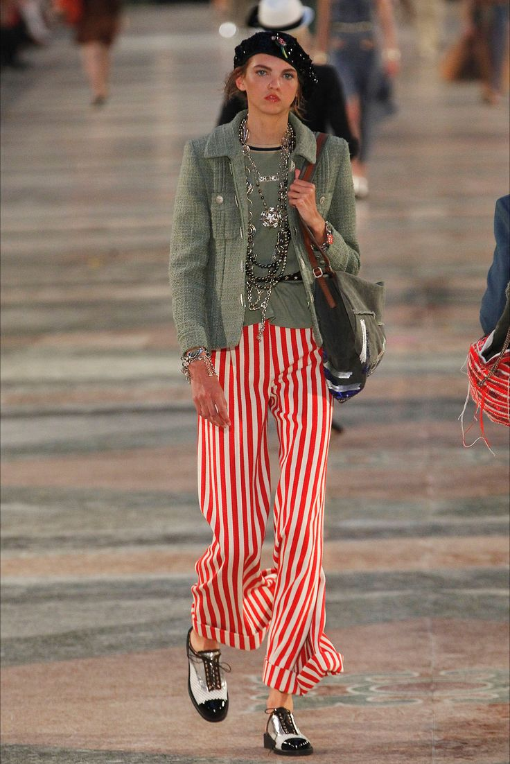 Guarda la sfilata di moda Chanel a Havana e scopri la collezione di abiti e accessori per la stagione Pre-collezioni Primavera Estate 2017.