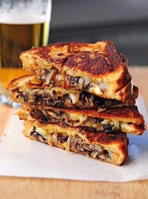 On laisse fondre et colorer les champignons et l'oignon émincés dans une poêle puis on glisse ce mélange entre deux tranches de pain de mie, en alternant avec du gouda râpé. Cuisson dans une poêle avec un peu de beurre fondu.