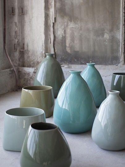 Vazen en potten van Serax in olijfgroene, grijze en blauwe tinten.