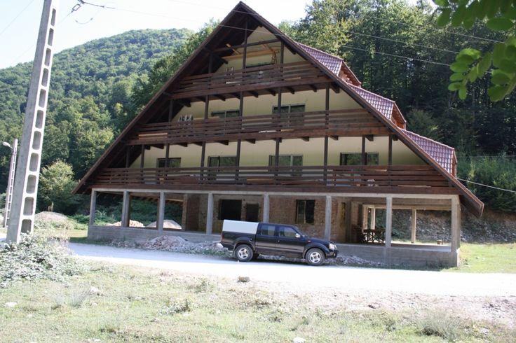 Cabana cu ziduri din piatră. Detalii pe BricoHub.ro