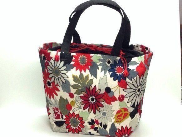 鮮やかな赤色の花柄メインの着物をリメイクしたバッグです。裏生地は、赤色の着物生地を使用しています。口の部分は、黒地巾着になっている為、キュッと結ぶとバッグの中... ハンドメイド、手作り、手仕事品の通販・販売・購入ならCreema。