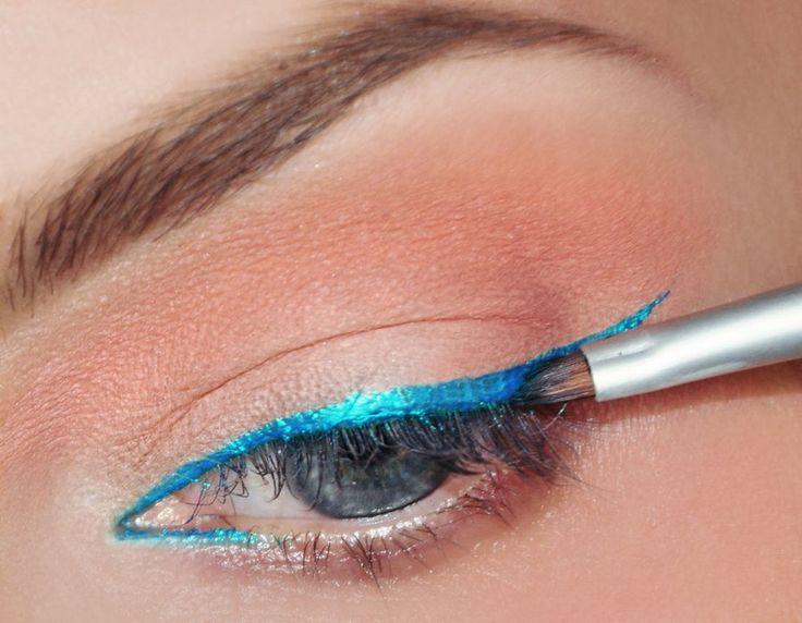 Przy linii górnych rzęs oraz w wewnętrznym kąciku oka narysuj kreskę . Wykorzystaj w tym celu cień Pixie Sparkle. Nałóż go zwilżonym pędzelk...