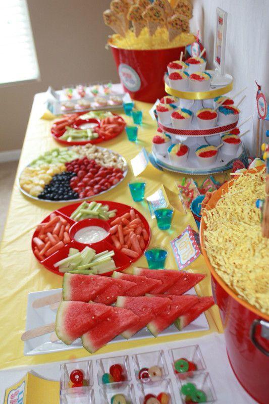 Festa na piscina!! Frutinhas cortadas, que delícia!! A melancia no palito é uma ótima idéia.
