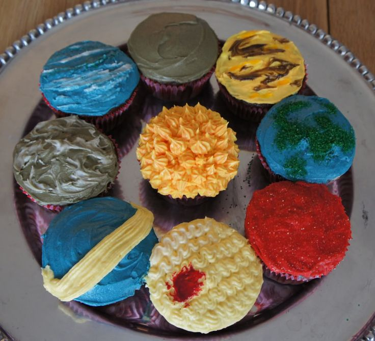 The 8 planets and the sun cupcakes! I LOVE THIS!!!! (So weird to say 8 planets. When I grew up learning there were nine!)