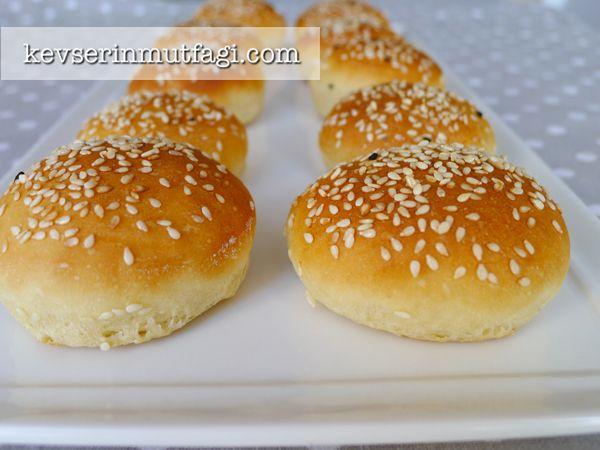hamburger ekmeği Malzemeleri 1 yumurta, 1 su bardağı ılık su, 2 tatlı kaşığı instant maya, 1 yemek kaşığı şeker, 1 tatlı kaşığı tuz,