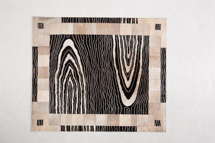 Tapete decorativo African-Leather Ref Zenete. Este es uno de los muchos diseños que te damos para que tu puedas personalizarlos. Juega con los colores, diseños y tamaños y crea con nosotros lo que imaginas. African Leather Tapetes. Medellín Colombia. Cowhide rugs. Tapes de cuero en pelo. Cowhide Patchwork Rugs