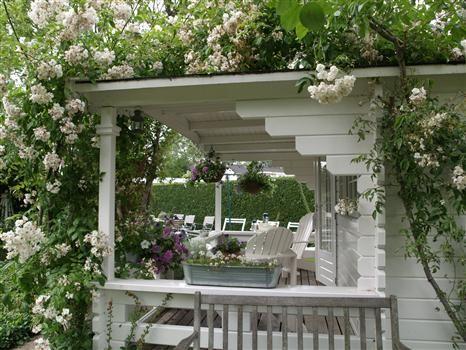 17 best images about brocante romantische tuin on pinterest gardens verandas and wisteria - Romantische witte bed ...