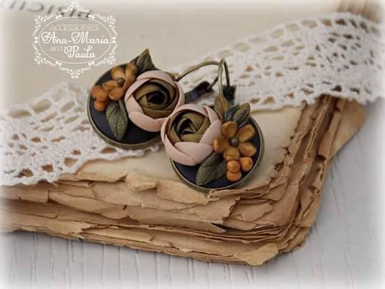 Cercei atârnători, platou de 18 mm cu flori modelate fără matritțe din lut polimeric în culorile toamnei