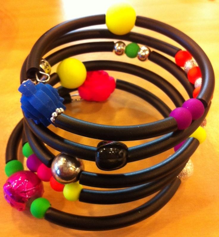 Gummitråd 4 mm på memorywire med neonfärgade pärlor. Du hittar allt material hos #caraga www.caraga.se