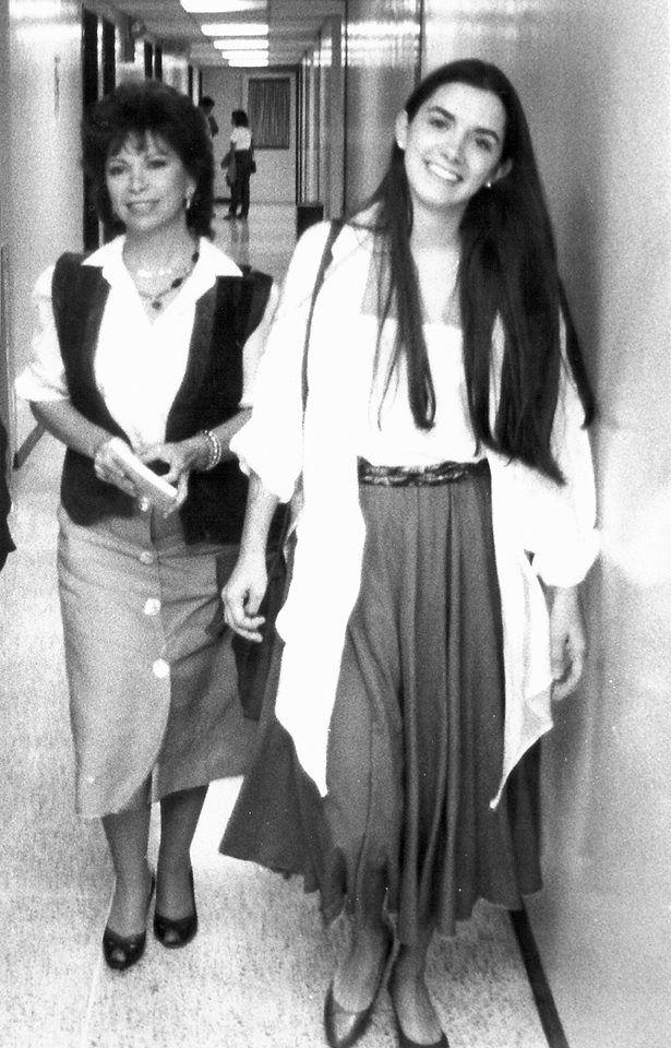 Con mi adorada hija Paula en la Universidad de Chapel Hill en Carolina del Norte (me parece que en 1988). Florencia Victoria-- maravillosas las dos.... ella es pura LUZ, que siempre esta iluminando tus dias noches tu existencia .. mi querida Isabel Allende ...gracias por esta bellicima foto!