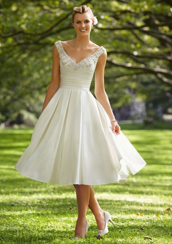 Vestido corto, sencillo y elegante, para novia