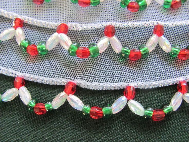 O set é composto por 7 toalhinhas, seis com 14 cm de diâmetro e uma com 25 cm de diâmetro.  As toalhinhas são de organza branca, bordadas com pedraria acrilica transparente e detalhes em vermelho e verde, para que combine com todo tipo de decoração em sua requintada mesa. A toalhinha de 25 cm de ...