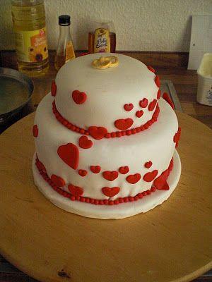 Hochzeitstorte mit Herzen und Ringen