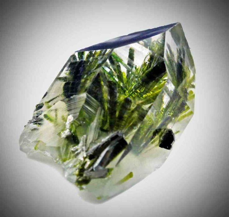 Quartz et Epidote. Kharan District, Balochistan, Pakistan Taille=3 cm Photo © Egil Hollund