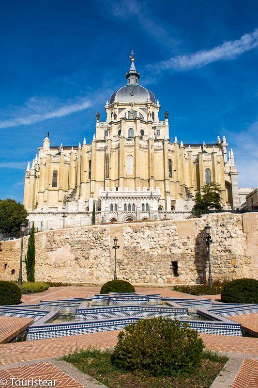 Muralla de Madrid y de fondo la Catedral de la Almudena.