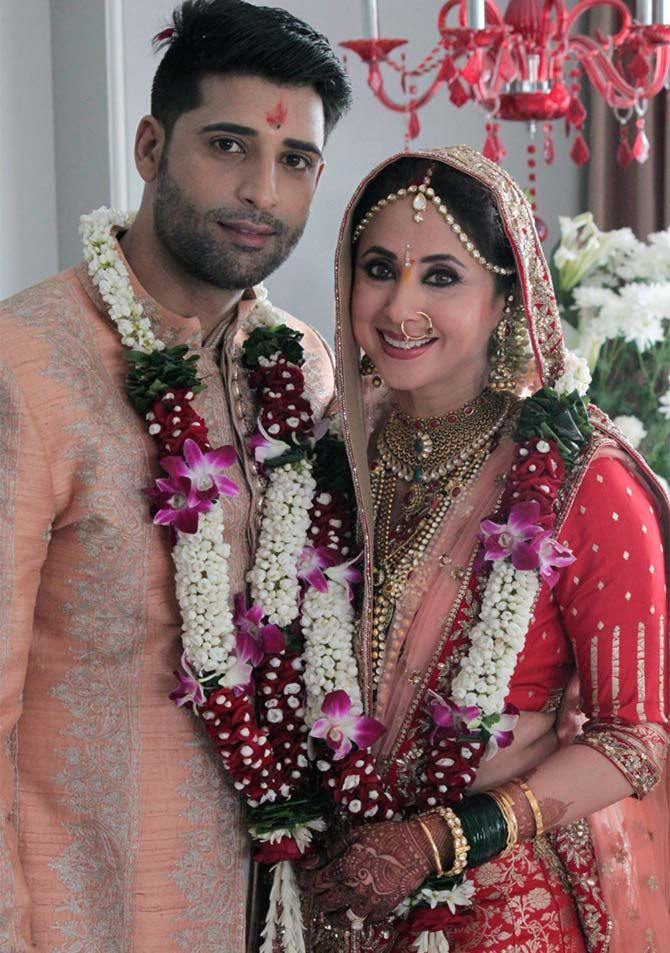 Reigning queen of 90's ‪#‎UrmilaMatondkar‬, got married in secret ceremony yesterday with Kashmiri businessman and model Mohsin Akhtar! The two of them had met at Manish Malhotra's niece's wedding and there was no looking back after that. Our Beautiful Indian Bride, #UrmilaMatondkar chose from Manish Malhotra's Regal Threads collection! Here are some Glimpse of the duo!
