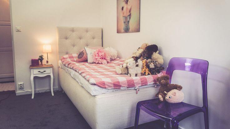 Vit enkelsäng Ponnyn. Sänggavel, djuphäftad, gavel, säng, barnrum, sovrum, inredning, plaststol, stol, polykarbonat, lila, transparent. http://sweef.se/