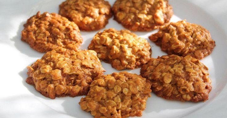 Ak ste fanúšikom zdravého životného štýlu, potom vám tieto diétne ovsené sušienky naozaj ulahodia. Pokojne si sledujte váhu ďalej, pri týchto sušienkach si môžete byť istí, že nijako nezhrešíte. Knim si môžete dopriať aj dávku chladeného bieleho jogurtu. Diétna sladkosť ako zučebnice. Ovsené vločky obsahujú veľa vitamínov aminerálnych látok, ktoré pomáhajú normalizovať metabolizmus. Vláknina abielkoviny