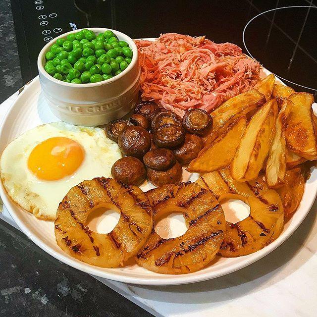 Slow cooked diet Fanta gammon with chips, mushrooms, peas, fried egg and grilled pineapple! 2 syns for the cooked pineapple 💜  #slimmingworld #weightloss  #potatis #klyftpotatis #potatisklyftor #potato #stekta #stekt #ägg #ärtor #champinjoner #diet #recept #grillad #ananas #grillade #svamp frukost brunch Breakfast