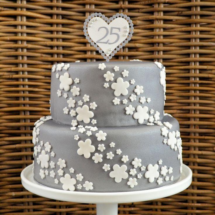 taart voor 25 jarig huwelijk maken? Hier vind je inspiratie! Deze prachtige zilveren taart met een waterval aan witte bloemen staat prachtig op elk feest.