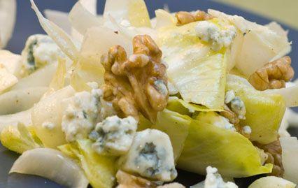 Recette Salade d'endives au roquefort et aux noix : Pour faire votre salade d'endives au roquefort et aux noix :1/ Lavez les endives et coupez-les en morceaux.2/ Épluchez la pomme et coupez-la en dés.3/ Coupez le roquefort en dés.4/ Concassez les noix.5/ Dans un saladier préparez la sauce : ...