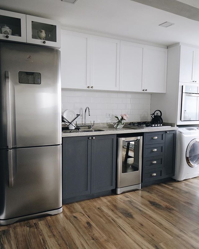 Uma das primeiras ideias dos @studioboscardincorsi era a cozinha inteira na cor mint, um verde acinzentado. Imagina que linda  confesso que às vezes me pego pensando em como seria ... Mas depois de muitas reuniões e ideias, decidimos por uma cozinha de duas cores: branco e grafite ❤️✨ melhor escolha, ornou perfeitamente com o apê