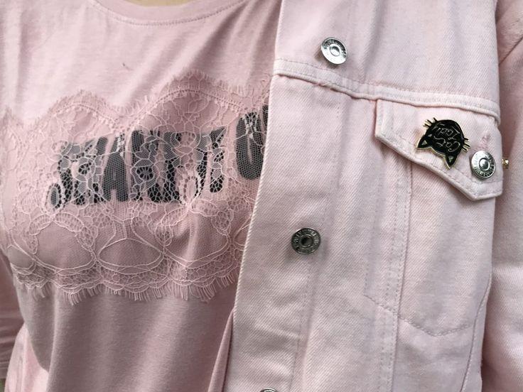 #Atrévete a mezclar piel con encaje Ideas de look para mujeres y chicas curvy y plus size en tallas grandes rosa encaje y piel en outfit deportivo en el blog Fat Gab de Gabilú Mireles