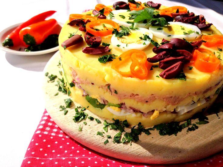 Causa rellena - geschichteter Kartoffelsalat. Mit Rezept und Fotos der Zubereitung. http://peruanische-kueche.de/causa-rellena  Kochen wie in Peru.