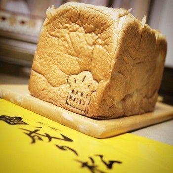 日本人にとっての食パンは、「白米」みたいな感覚だったりしませんか?ピラフやチャーハン、混ぜご飯もいいけれどやっぱり毎日食べるなら白いご飯の人も多いはず。パンにもさまざまな種類がありますが、やっぱりわたしたち日本人の基本は「食パン」なのです。今回は、全国で評判の「食パン専門店」をご紹介します。いつもの食卓が、ちょっと豊かに、贅沢になる、ひとランク違うおいしさを味わってみませんか?