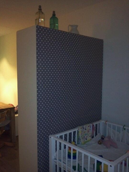 Tafelzeil op de achterkant van IKEA kast = roomdivider!