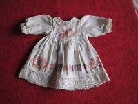 Schöne alte Puppenkleidung - Niedliches besticktes Kleid aus Leinen