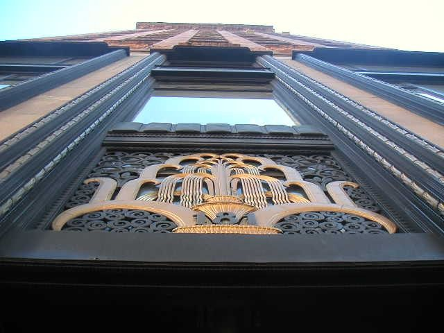 Art Deco. Фирменные фонтаны Брандта на воротах небоскреба на Мэдисон Авеню в Нью Йорке #artdeco