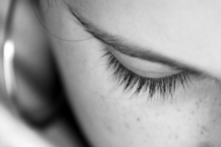 Cómo calmar la irritación de las protuberancias por la depilación de las cejas con hilo   Muy Fitness